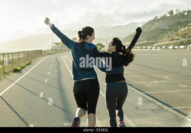 Jogger Jubel auf Straße Stockbild