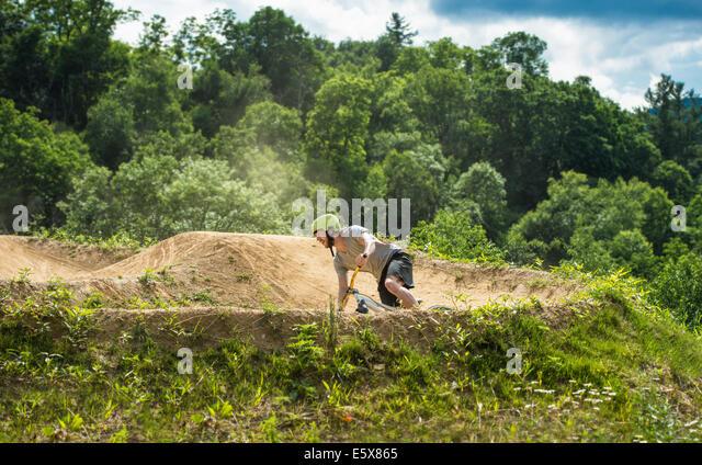Mountainbiker, die Beschleunigung um Kurve auf ländlichen Pumptrack Stockbild