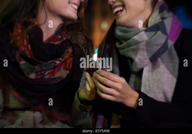 Freunde über Zigarette kleben Stockbild