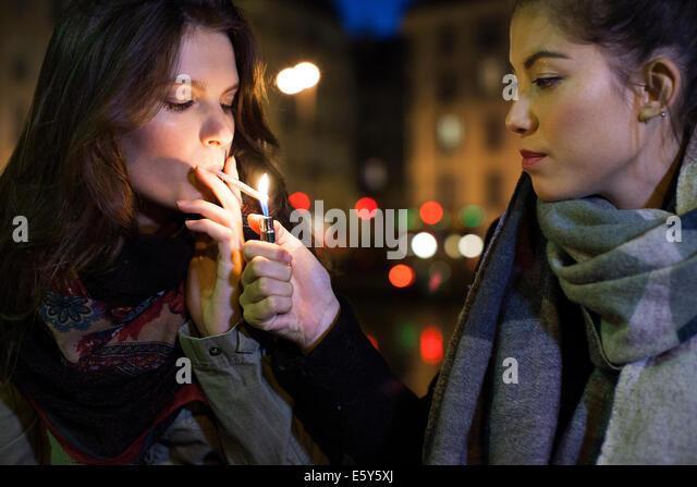 Freundin Beleuchtung Zigarette Stockbild