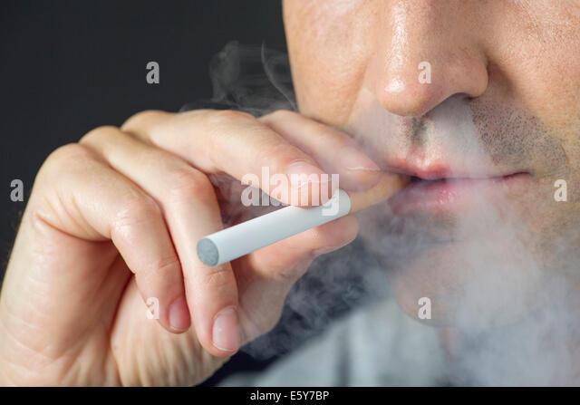 Mann rauchen elektronische Zigarette, beschnitten Stockbild