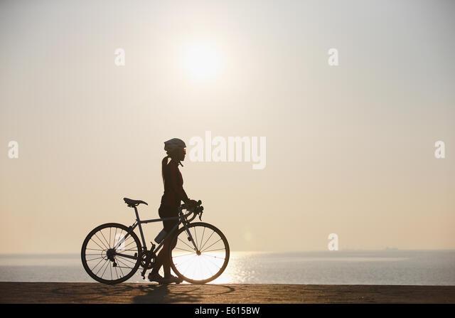 Junge japanische Mädchen, Radfahren Stockbild