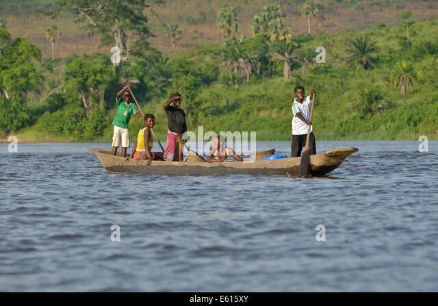 Fisher-Familie auf einer Piroge auf dem Kongo-Fluss in der Nähe von Tshumbiri, Provinz Bandundu, demokratische Stockbild