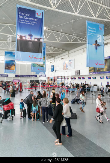 Personen innerhalb der Ankünfte Hall of Newcastle International Airport, Nord-Ost-England, UK Stockbild