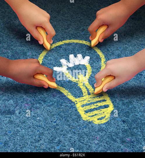 Community Ideen-Bildung-Konzept als eine Gruppe von Kindern die Hände halten Kreidezeichnung ein Glühbirnensymbol Stockbild