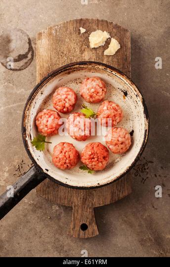 Fleischbällchen mit Hackfleisch, Petersilie, Parmesan, Wein und Eiern kochen. Stockbild