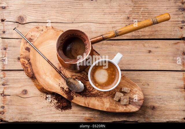 Kaffee in der Kanne auf hölzernen Hintergrund Stockbild