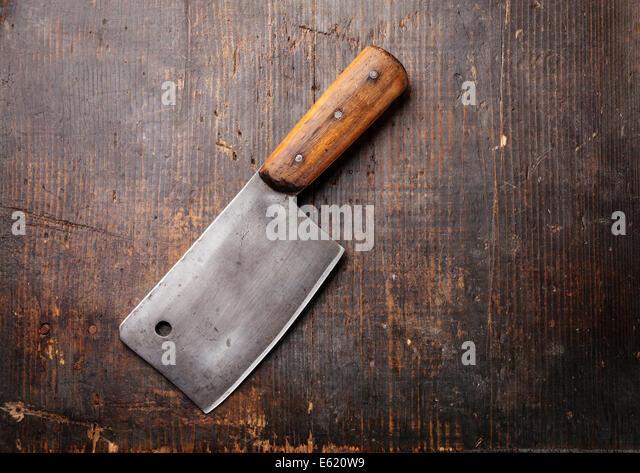 Vintage Fleischerbeil auf dunklem Holz Stockbild