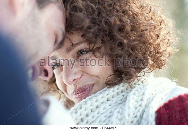 Mann und Frau Lächeln einander an Stockbild