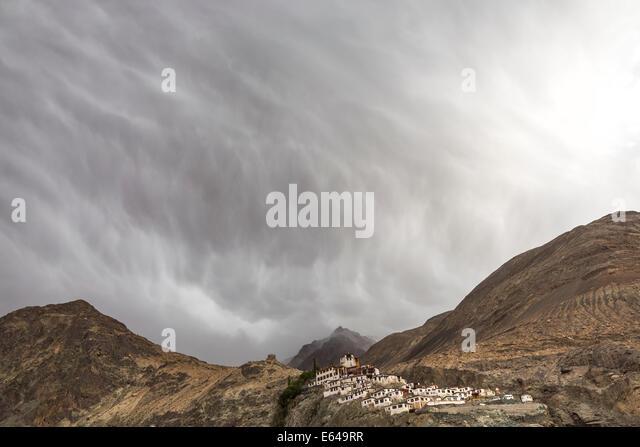 Deskit Kloster & Gewitterhimmel, Ladakh, Indien Stockbild
