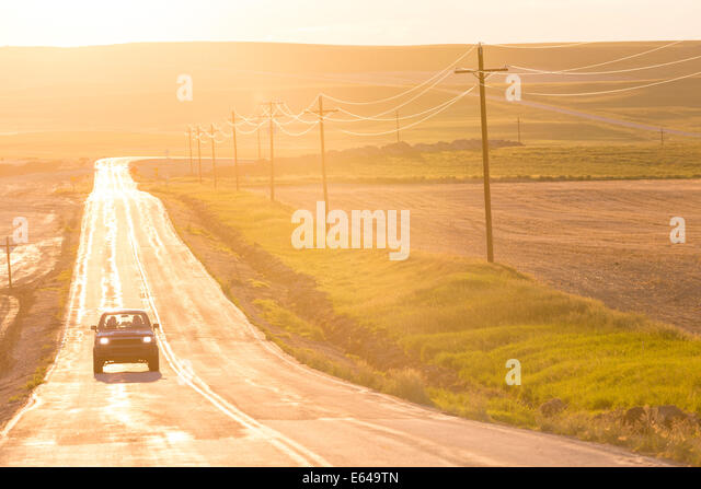 Landstraße bei Sonnenuntergang, Montana, USA Stockbild