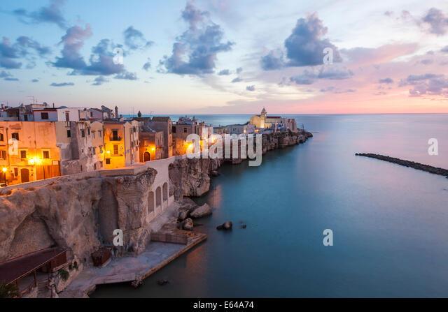 Bezirk Stadt mit Kirche San Francesco, Gargano, Vieste, Foggia, Apulien, Puglia, Italien Stockbild