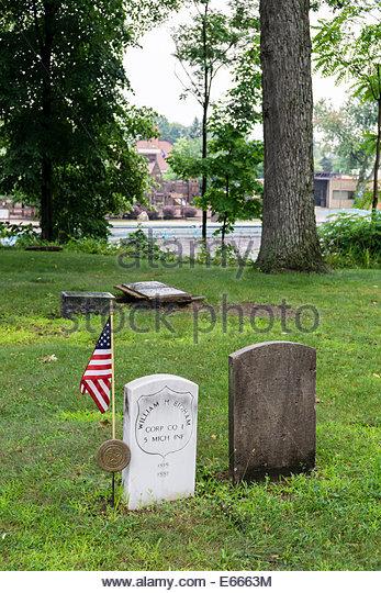 Alte Grabsteine auf dem Brighton Dorffriedhof, als Michigan State Historic Site, aus der Mitte-1800 Stockbild