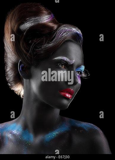 Bodypainting. Fantasie. Frau mit fantastischen theatralisch Make-up über schwarz Stockbild