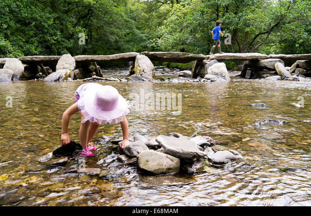 Junges Kind Tar Schritte Exmoor erkunden Stockbild