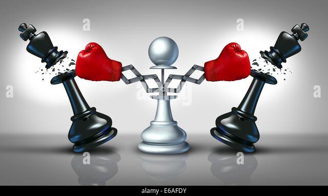Neue Konkurrenz-Business-Konzept mit einem Schach-Bauern Stanz- und zerstören Konkurrenten als zwei Kingsize Stockbild