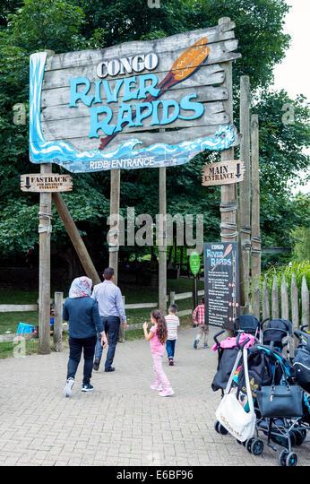 Familie zu Fuß in Richtung der Congo River Rapids Ride im Freizeitpark Alton Towers Stockbild