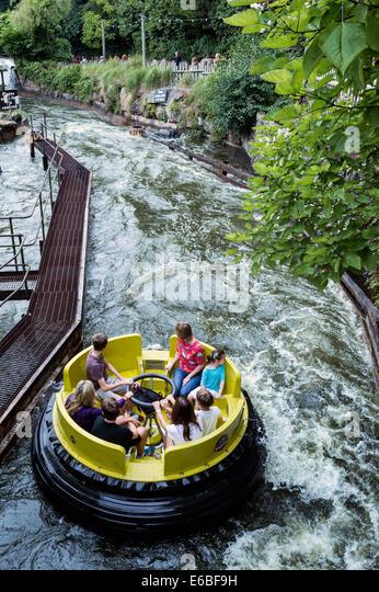 Familie auf den Kongo-Fluss Stromschnellen fahren im Themenpark Alton Towers Stockbild