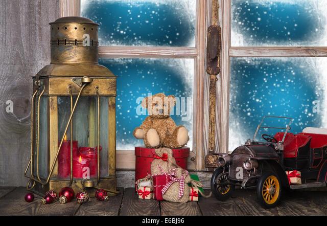 Alten Weihnachtsdekoration auf der hölzernen Fensterbank mit Vintage und nostalgischen Spielzeug. Stockbild