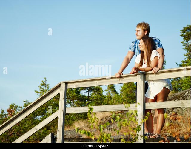 Junges Paar zusammen auf dem Zaun, felsig und hölzernen Umwelt Stockbild