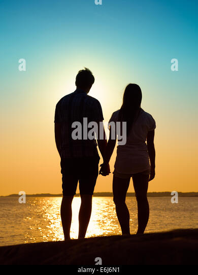 In Liebe junges Paar genießen den Sonnenuntergang zusammen, schönen Abend im Archipel Stockbild