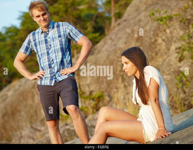 Junges Paar im Mittelpunkt zusammen, Frau und Mann hinter Stockbild