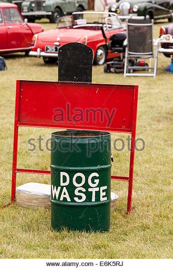 Hund-Abfallbehälter bei einer öffentlichen Veranstaltung Stockbild