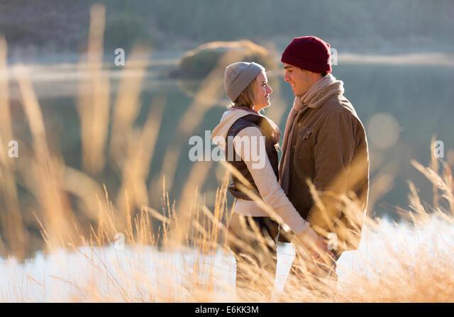 romantisch zu zweit in der Nähe von See flirten Stockbild