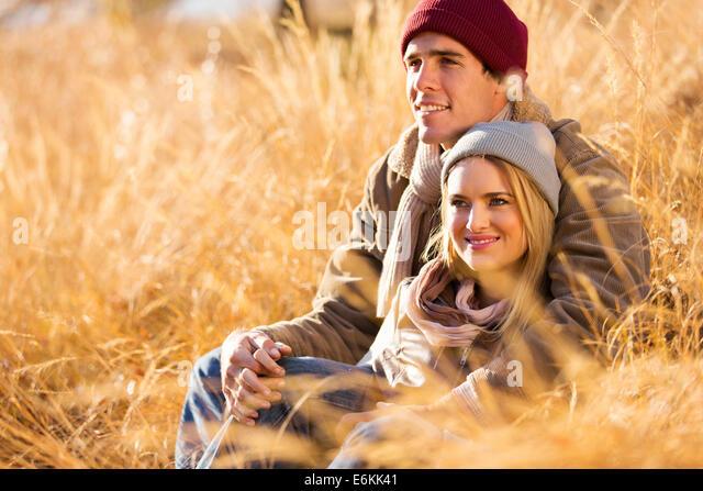 romantische junges Paar sitzt im Freien im Herbst Stockbild