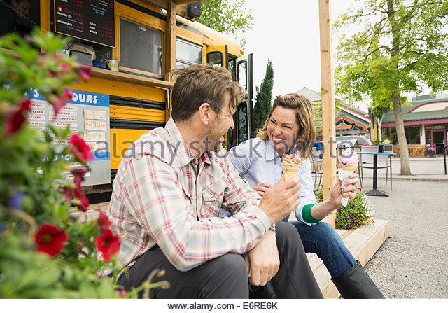 Paar, essen Eis bei Imbisswagen Stockbild