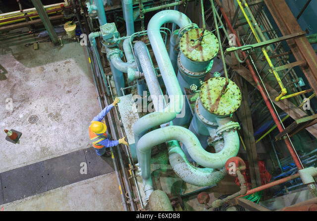 Ingenieur in Gasturbinen Kraftwerk Abgas Gas und Kondensation Prozess Raum Überprüfung Meter Stockbild