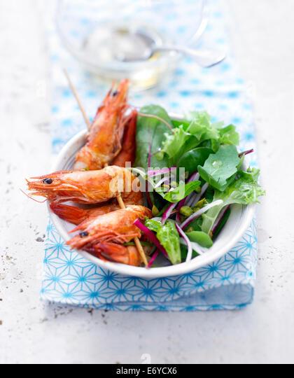 Gambas Spieße, Rettich Salat mit Pistazienöl Stockbild