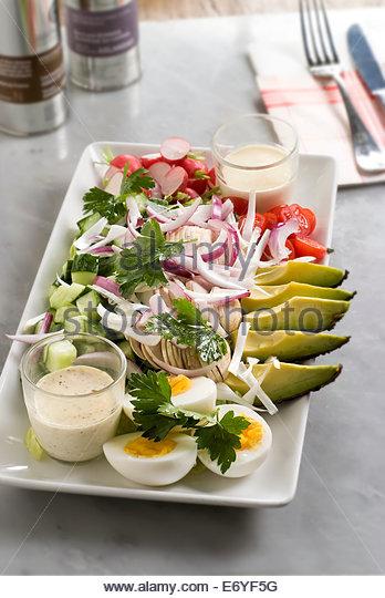 Gericht aus rohem Gemüse und hart gekochten Eiern Stockbild