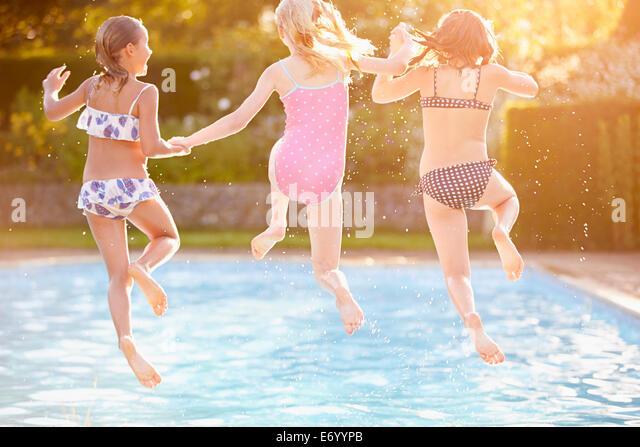 Gruppe von Mädchen spielen im Freibad Stockbild