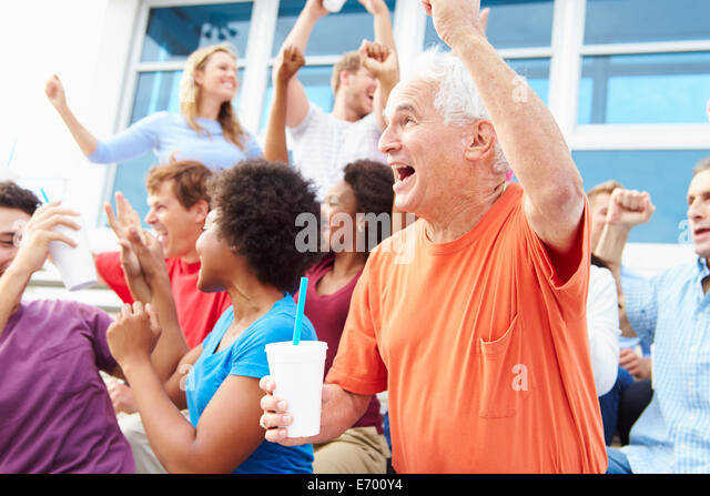 Zuschauer jubeln beim Outdoor-Sport-Event Stockbild