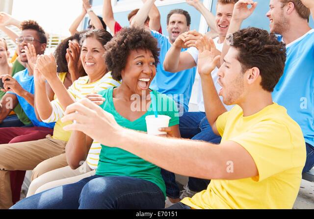 Zuschauer In Teamfarben gerade Sport-Event Stockbild