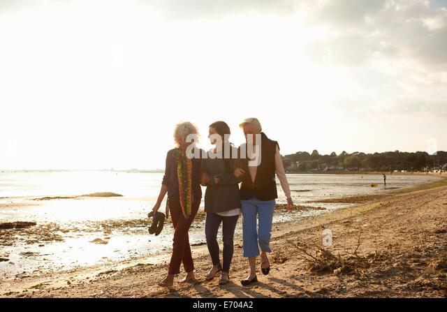 Weiblichen Familienmitgliedern zu Fuß am Strand Stockbild