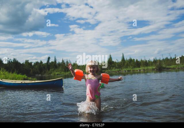 Drei Jahre altes Mädchen planschen im Indian River, Ontario, Kanada Stockbild