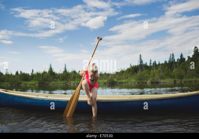 Neugierige Mädchen blickte auf Wasser in Indian River, Ontario, Kanada Stockbild