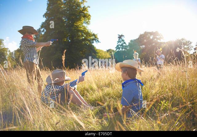 Gruppe von jungen spielen in einem Feld Stockbild