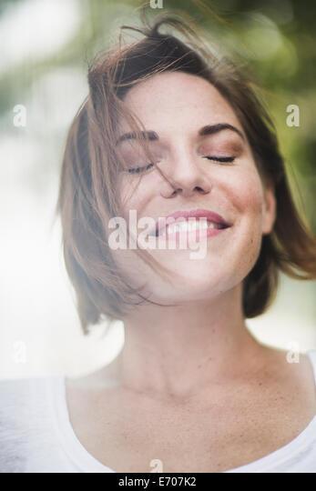 Porträt des Lächelns Mitte Erwachsene Frau mit geschlossenen Augen schließen Stockbild
