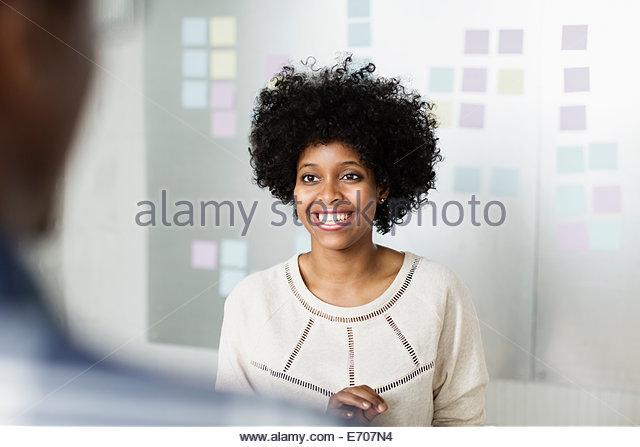 Porträt der jungen Frau lächelnd Stockbild