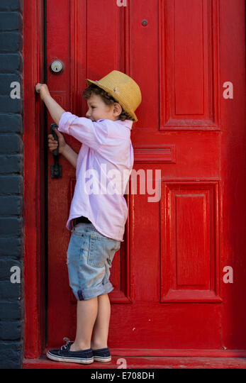 Junge rote Front Türöffnung Stockbild