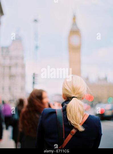Zwei Frauen in London auf der Straße in der Nähe von Big Ben, The Elizabeth Tower in Westminster in London. Stockbild