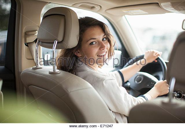 Frau am Steuer eines Autos Stockbild