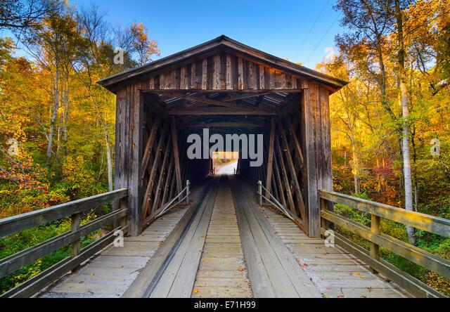 Elder überdachte Brücke in der Herbstsaison in's Oconee, Georgia, USA. Stockbild