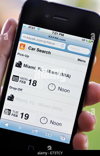 iPhone Bildschirm zeigt Kajak-Reise-website - Stock-Bilder