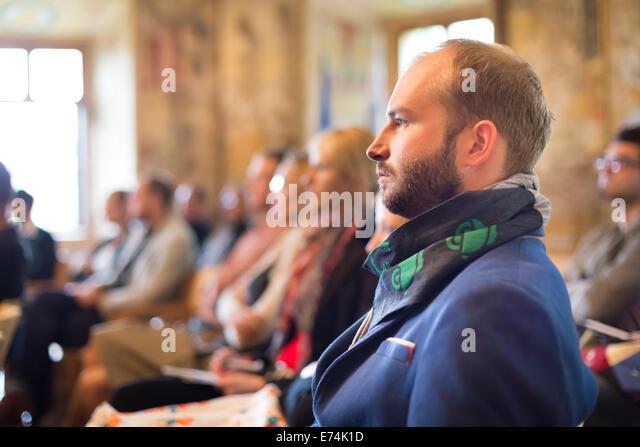 Unternehmer im Publikum bei Business-Konferenz. Stockbild