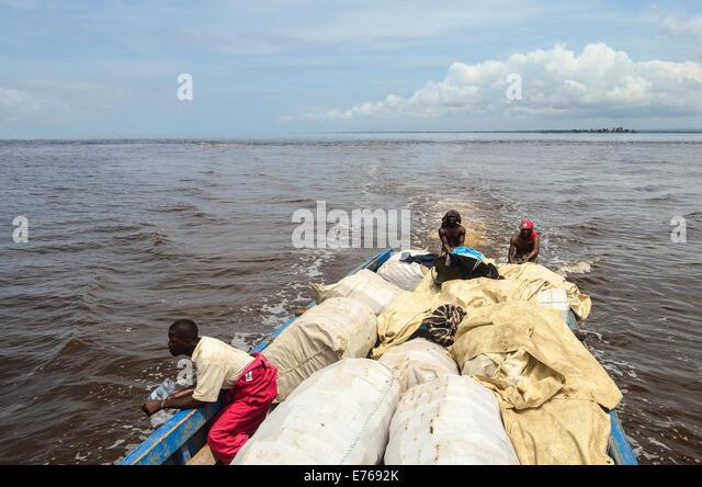 Kleines Holzboot mit Menschen und Güter von Cabinda nach Angola um DR Congo Stockbild