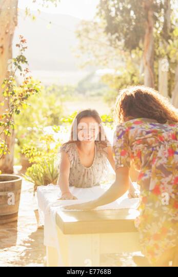 Mutter und Tochter Tisch Tischdecke auflegen Stockbild